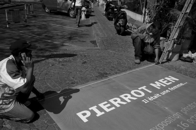 Préparation de l\'expo Pierrot Men au Louvre